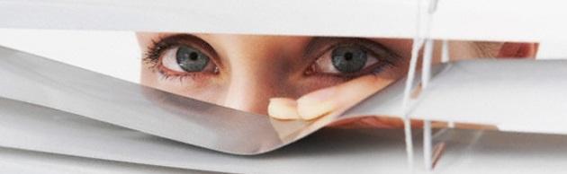 donna-spia-finestra_218356.630x360